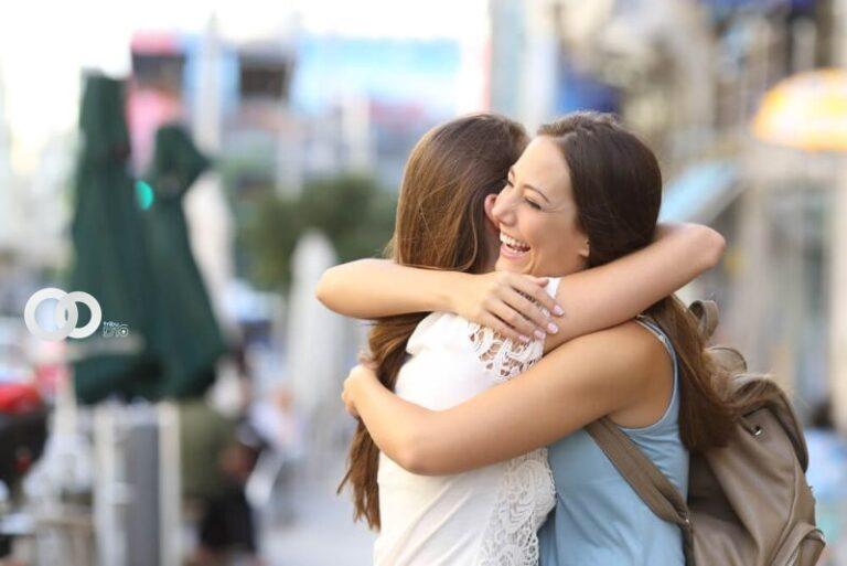 La importancia de los abrazos para la salud mental a un año de distanciamiento social