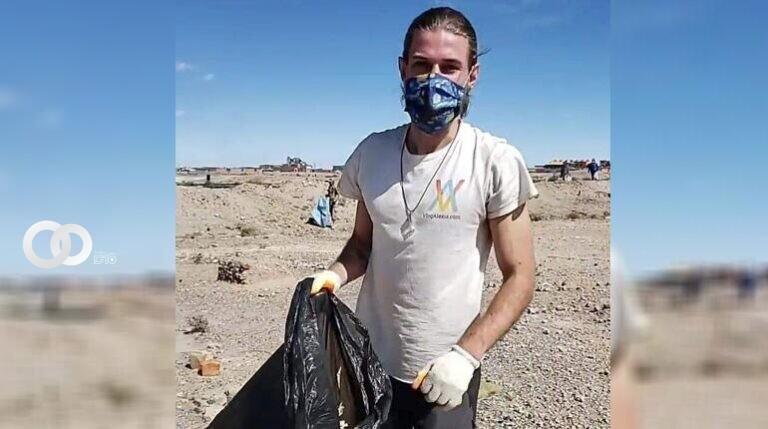 Alexis Dessard durante la jornada de limpieza en Uyuni.   RRSS