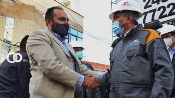 El viceministro Roberto Ríos y el alcalde Iván Arias se dan la mano. Foto: Ministerio de Gobierno