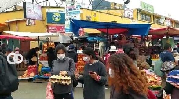 Personas con barbijos en el mercado Rodríguez de la ciudad de La Paz Por Daymira Barriga