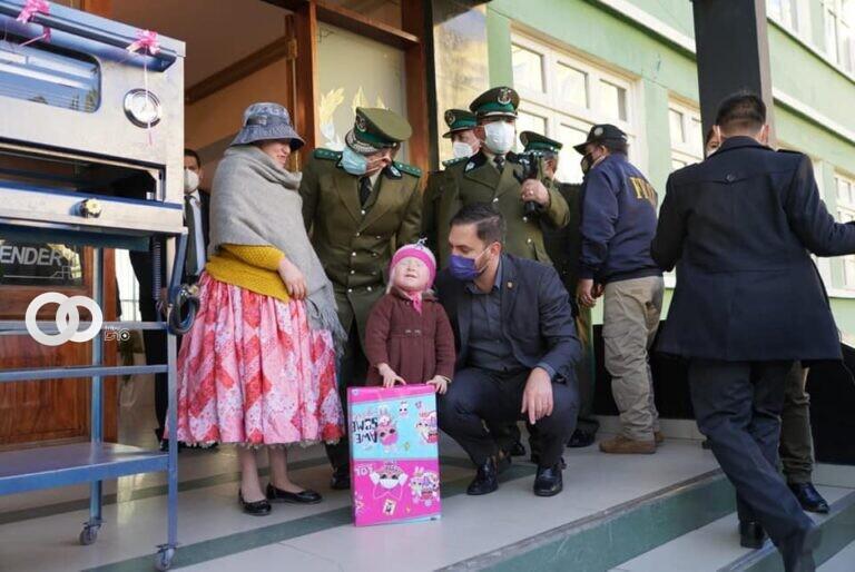 Ministro de Gobierno y la Policía realizaron la entrega de ayuda a madre e hija que padecen de albinismo