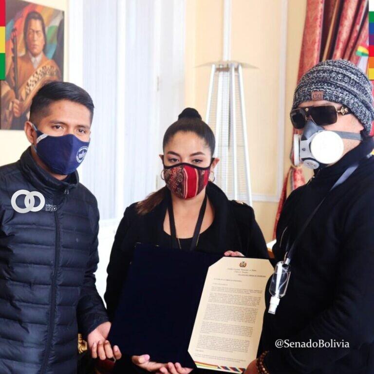 Hijos de la artista Luisa Molina recibieron reconocimiento póstumo por parte del Presidente del Senado