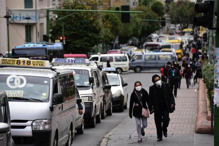 Transporte Público paceño no acepta las nuevas restricciones determinadas por el COEM