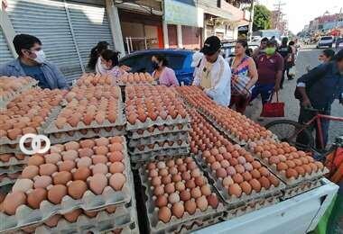 Comerciantes informales denuncian cobros extorsivos para vender en el nuevo mercado Abasto