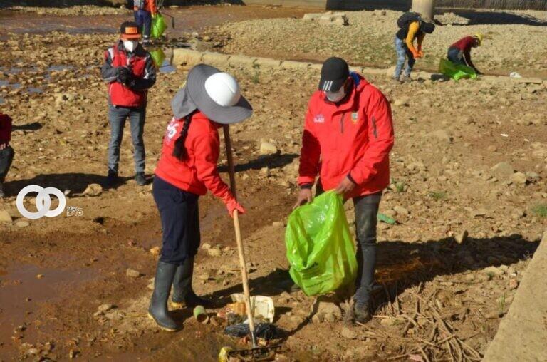 Eva Copa participó de la jornada de limpieza de ríos Seco y Sek'e en El Alto