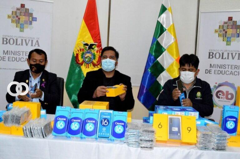 Ministro de Educación distribuye equipos celulares a estudiantes de Chuquisaca en situación de pobreza