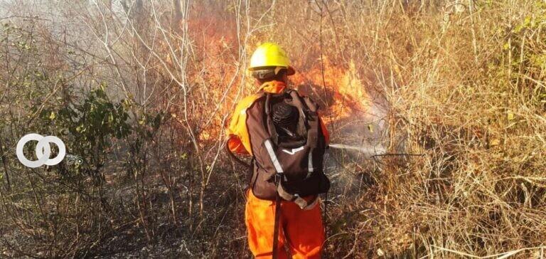 Armada Boliviana interviene incendio forestal que amenazaba una Unidad Educativa