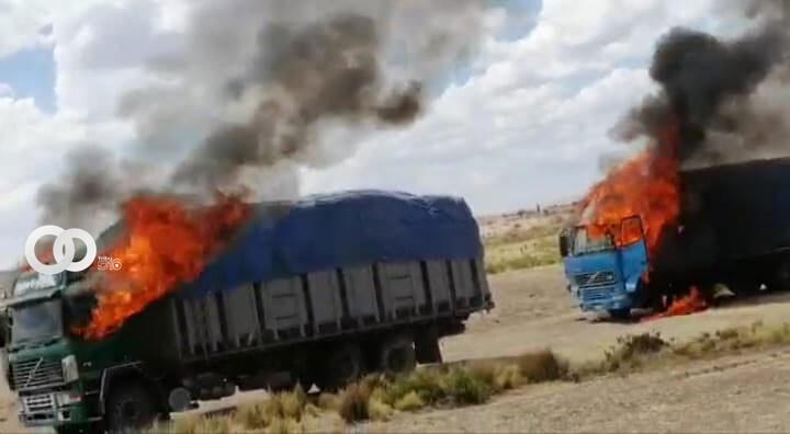 Militares calcineran dos camiones con mercadería de contrabando en La Paz