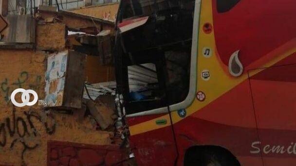 Bus se estrelló contra la pared de una escuela en Villa Fátima