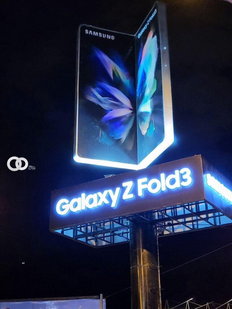 """Transeúntes aprecian la ingeniería moderna del """"Galaxy Z Fold3"""""""
