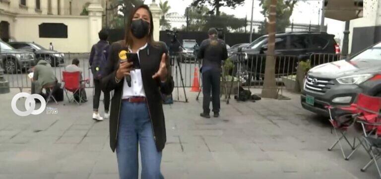 Periodistas en Perú improvisan sala de prensa en la calle